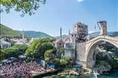 İngiliz Owen Weymouth,Bosna-Hersek Mostar'da düzenlenen Red Bull Yamaç Dalışı Dünya Serisi'nin 6. etap son yarışma gününde Mostar Köprüsüne kurulan 27...
